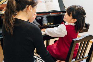 東京ルクスピアノ教室の無料体験レッスン風景 子どもと講師がグランドピアノでレッスンをする様子|東京のピアノ教室 東京ルクスピアノ教室