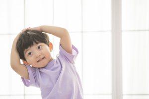 東京・新宿のピアノ教室|東京ルクスピアノ教室|ピアノ講師コラム|子どものためのソルフェージュで音楽を聴いて体を動かす男の子のイメージ