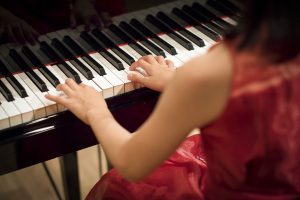 東京・新宿のピアノ教室|東京ルクスピアノ教室|ピアノ講師コラム|発表会でピアノを弾く赤いドレスの女の子